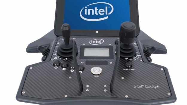 Das »Cockpit«: Neben den Steuereinrichtungen hat es einen Tablet-Computer, auf den das Video gestreamt wird, das die Kamera-Drohne aufnimmt.