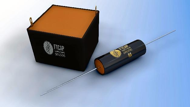 Auf der electronica vom 8. bis 11. November in München wird FTCAP zwei innovative Produkte präsentieren: axiale kubische Elektrolytkondensatoren zur besseren Wärmeableitung und spezielle Film-/Folienkondensatoren für Hochspannungs-Anwendungen mit bis zu 120 kV(DC). Mit seinen kubischen Elektrolytkondensatoren und den Film-/Folienkondensatoren für Spannungen bis 120 KV DC hat FTCAP zwei innovative Produkte entwickelt. Die kubischen Kondensatoren haben im Gegensatz zu den zylindrisch geförmten herkömmlichen Kondensatoren eine um 28 Prozent vergrößerte Auflagefläche und können die im Betrieb entstehende Wärme deshalb deutlich besser ableiten. Neues gibt es auch bei den Film-/Folienkondensatoren für Hochspannungsanwendungen: Hier hat FTCAP einen Kondensator entwickelt, der Spannungen bis zu 120 KV DC ermöglicht. Damit sind diese Filmkondensatoren bestens geeignet z.B. für den Einsatz in Röntgengeräten oder Hochspannungs-Netzteilen.