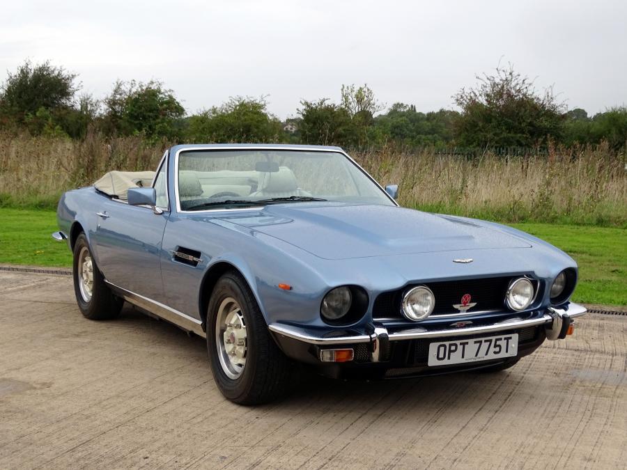 Ein Aston Martin V8 Volante aus dem Jahr 1979. Das Auto soll innerhalb von 7,2 Sekunden von 0 auf 60 mph gekommen sein. Geschätzter Preis zwischen 160.000 und 180.000 Pfund.