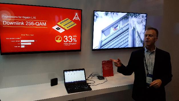 Dass man 1 Gbit/s mit dem Snapdragon X16-Modem übertragen kann, demonstriert Peter Carson von Qualcomm.