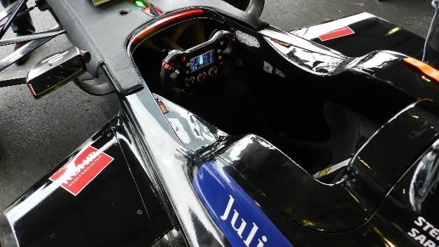 Blick in das Cockpit des Venturi-Rennwagens. Über das Display erhält der Fahrer wichtige Informationen, die ihm dabei helfen, energieeffizient zu fahren. Denn bei den Formel-E-Rennen kommt es nicht nur darauf an, schnell zu sein, sondern auch mit der zur Verfügung stehenden Energie über die Runden zu kommen.