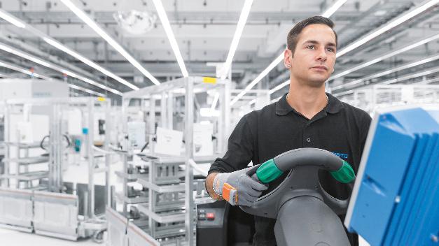 ProGlove ist bei Festo in der Logistik im Einsatz: Die Fahrer der Routenzüge nutzen das Wearable für die Warenentsorgung in der Montage.