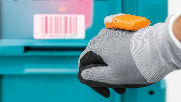 Mit Hilfe von Sensoren, die bei Daumendruck einen Scanner auf dem Handrücken auslösen, …