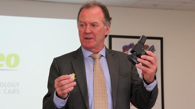 Hier werden Kamerasysteme zur Umfelderkennung für Fahrerassistenze-Systeme gefertigt, wie Fergus Moyles, Vision Systems Product Line Director bei Valeo in Tuam zeigt.