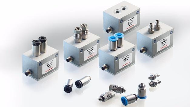 Im kompakten Metallgehäuse (35 x 25 x 25,3 mm³) stecken die Drucktransmitter der Baureihe AMS 3011 von Analog Microelectronics (Halle B1, Stand 229). Es gibt Varianten für Absolut-, Relativ- und Differenzdruck im Druckbereich von 50 mbar bis 10 Bar beziehungsweise für barometrische Anwendungen von 700 bis 1200 mbar. Die bidirektional differentiellen Modelle ermöglichen Messungen im Bereich von -25 bis +25 mbar bis -1 bis +1 Bar, womit Unter- und Überdruck mit demselben Sensor gemessen werden können. Durch das Metallgehäuse hält der Sensor einem Systemdruck von 16 Bar stand – damit können zum Beispiel in einem pneumatischen System geringe Druckänderungen bei hohem Leitungsinnen- bzw. Systemdruck gemessen werden. Dank der Rückseitenbeaufschlagung eignet sich der AMS 3011 auch für Anwendungen, in denen z.B. der Flüssigkeitsdruck gegen Atmosphäre gemessen werden muss.