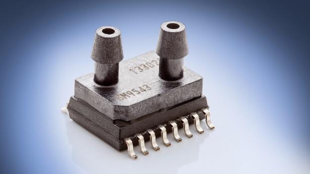 Für den bidirektional differentiellen Niederdruckbereich von ±5 mbar ausgelegt sind die digitalen OEM-Drucksensoren SM9543 von Amsys (Halle B1, Stand 324). Sie sind in der Lage, Unter- und Überdruck symmetrisch zu messen. Die mit einer neu entwickelten Silizium-Messzelle (MEMS) und einem komplexen CMOS-ASIC aufgebauten Sensoren werden während der Herstellung individuell kalibriert, linearisiert und temperaturkompensiert. Als Ausgangssignal steht ein digitales Drucksignal im I²C-Format zu Verfügung, das proportional zur Druckänderung an den beiden Druckanschlüssen ist und das die wechselseitige Kommunikation zulässt. Mit einer ADC-Auflösung von 14 Bit und einer Gesamtgenauigkeit von ±1,5 %FS im gesamten Temperaturbereich von -5 bis 65 °C eignen sich die Sensoren besonders für Inhausanwendungen. Die Langzeitstabilität ist mit 0,2 % pro Jahr angegeben. Das Gehäuse des SM9543 basiert auf dem JEDEC-Standard SOIC16(n)-Gehäuse (150miles) und ist insbesondere für die automatische SMD-Montage geeignet.