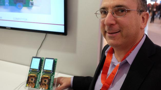 Gideon Intrater, CTO von Adesto zeigt einen Flash-Baustein, der durch geschickte Verbesserungen des Kommunikationsprotokolls doppelt so schnell die Daten anliefert - insbesondere dann, wenn der Mikrocontroller nicht sequenziell, sondern von wechselnden Speicheradressen Daten ausliest. Das ist dann der Fall, wenn Programmcode direkt aus dem Flash heraus ausgeführt wird (eXecute In Place). Mit zehn Mikrocontroller-Herstellern laufen bereits Gespräche zur Unterstützung dieser Technik. NXP hat bereits offiziell zugesagt, die Adesto-Flash-Technik zu unterstützen.