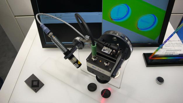 """Eine 3D-Lasertriangulations-Anwendung am Messestand von Baumer. Sie beruht auf einer »LX-VisualApplets«-Kamera des Unternehmens, die erstmals 3D-Bildverarbeitung mit der FPGA-Entwicklungsumgebung """"VisualApplets"""" von Silicon Software kombiniert."""
