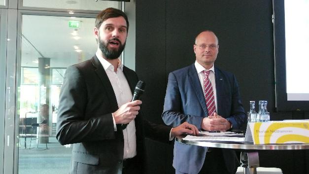 Sie haben allen Grund zur Freude: Florian Niethammer (links), Projektleiter Vision bei der Messe Stuttgart, über die Rekordergebnisse der Vision 2016 und Dr. Olaf Munkelt, Vorstandsvorsitzender der VDMA-Fachabteilung Industrielle Bildverarbeitung, über das Umsatzwachstum der deutschen Bildverarbeitungs-Branche.