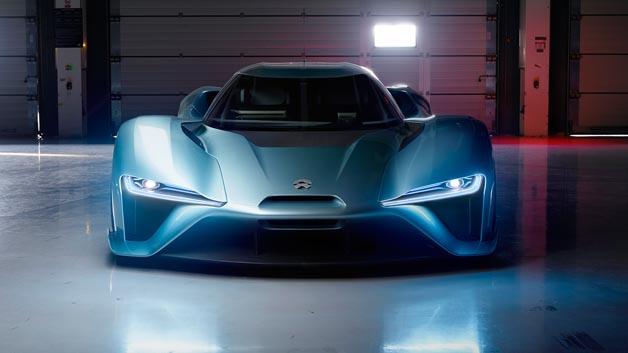 Das Fahrzeug wird von vier Elektromotoren angetrieben, die je 250 kW leisten (etwa 1360 PS)