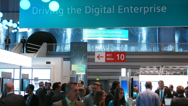 Der Siemens-Messestand nahm wie im Vorjahr die komplette Halle 11 ein. Auf dem Bild links oben befindet sich der Eingang zur »MindSphere-Lounge«, in der die Besucher das offene IoT-Ecosystem »MindSphere« hautnah erleben konnten.