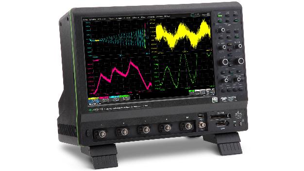 Kennziffer 104: Immer die optimale vertikale Auflösung - Die Oszilloskop-Reihe HDO9000 von Teledyne LeCroy sind die ersten, die mit der HD1024-Technik ausgestatt werden. Für alle Bandbreiten bis 4GHz und alle Abtastraten bis 40GS/s wird dadurch eine Auflösung von 10bit erreicht. Automatisch und dynamisch wird die optimale A/D-Umsetzer-Konfiguration für die gegebenen Messbedingungen gewählt. Durch den Einsatz von optimierenden Filtern kann sogar eine Auflösung von bis zu 13,8bit erreicht werden. Das geringe Rauschen des HDO9000 führt zu ENOB-Werten bis zu 7,9bit. Das Oszilloskop wird über einen 15,4‑Zoll-Touchscreen bedient. Alle wichtigen Aktionen können mit nur einem Finger durchgeführt werden.