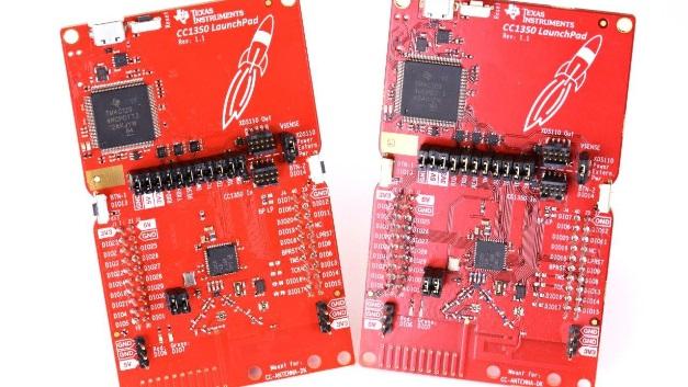 Kennziffer 023: IoT-Mikrocontroller mit integriertem Dual-Band-Receiver - Im neuen IoT-Mikrocontroller CC1350 von Texas Instruments sind zwei Funktransceiver integriert – für BLE (2,4GHz) und für Anwendungen im Sub-GHz-Band. Damit bietet sich Entwicklern die Möglichkeit, die bisher aus drei ICs bestehenden Schaltungen durch einen einzigen IC zu ersetzen. Als Prozessorkern hat Texas Instruments einen Cortex-M3 von ARM (48MHz) implementiert, dem 128KB Flash-Speicher intern zur Verfügung stehen. Ebenfalls integriert sind vier universelle Timer-Module (acht mit 16bit, vier mit 8bit, alle für PWM nutzbar), ein ADU mit 12bit Auflösung und 200kHz max. Abtastrate, ein Analog-Multiplexer mit acht Kanälen, ein sehr stromsparender Komparator, eine programmierbare Stromquelle, ein Temperatursensor und ein Zufallszahlengenerator (TRNG). Als Schnittstellen kann der Entwickler SPI, I2C und I2S sowie 30universelle Ein-/Ausgänge nutzen. Der BLE-Transceiver erfüllt die Spezifikation V4.2, sendet mit maximal +9dBm und bietet eine Empfangsempfindlichkeit von –87dBm. Der Sub-GHz-Transceiver kann mit bis zu +14dBm senden, erreicht im Long-Range-Modus eine Empfängerempfindlichkeit von –124dBm und erfüllt die Spezifikationen für Wireless-M-Bus und IEEE 802.15.4g.