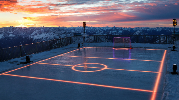Flutlichtanlagen und Effektbeleuchtungen setzten das Eishockey-Spielfeld passend zum Abendlicht in Szene.