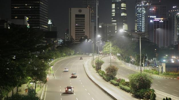 Rund 90.000 Straßenleuchten gibt es in Jakarta. Bald sind alle auf LED umgerüstet und mit dem Lichtmanagementsystem Philips CityTouch vernetzt.