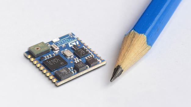 STMicroelectronics zeigte auf der CES unter anderem das SensorTile. Das nur 13,5 x 13,5 mm² große Multisensor-Modul von STMicroelectronics soll die Entwicklung von Wearables und Gaming-Zubehör sowie Smart-Home- und IoT-Geräten erleichtern. Das Board ist mit Beschleunigungssensor, Gyrosensor, Magnetometer, Drucksensor und Mikrofon auf MEMS-Basis bestückt und dient zusammen mit dem eingebauten stromsparenden STM32L4-Mikrocontroller als Sensing- und Konnektivitäts-Hub. Das SensorTile enthält einen kompletten Bluetooth Low-Energy Transceiver einschließlich eines miniaturisierten Single-Chip-Baluns. Nach dem einfachen Anstecken an ein Hostboard und dem Einschalten der Stromversorgung beginnt das Board umgehend mit dem Streamen von Inertial-, Audio- und Umgebungsdaten an die ST-Smartphone-App BlueMS, die kostenlos aus den gängigen App Stores heruntergeladen werden kann.  Durch die umfangreiche API auf der Basis des STM32Cube Hardware Abstraction Layers wird auch die Softwareentwicklung vereinfacht. Das System ist kompatibel zu den Open Software eXpansion Libraries (Open.MEMS, Open.RF und Open.AUDIO) sowie zu vielen Embedded-Sensing- und Sprachverarbeitungs-Projekten von Drittanbietern.  STMicroelectronics kooperierte mit der Sensorfirma Valencell und konnte so auf der CES auch ein Entwicklungskit auf Basis des SensorTile vorstellen. Dazu wurde das biometrische Sensorsystem Benchmark von Valencell integriert. Das komplette Entwicklungskit kann damit zur ständigen präzisen Messung von Blutfluss-Signalen in Wearable- und Hearable-Geräten eingesetzt werden, auch während extremer körperlicher Aktivität oder bei schwachen optischen Signalen. Die gewonnenen Daten enthalten die Herzfrequenz, VO2 und VO2 max., der Ruhepuls, die Reaktion und Erholung der Herzfrequenz, der Dauer-Energieverbrauch (verbrannte Kalorien), die Leistungsfähigkeit des Herzens und die Herzfrequenzvariabilität.