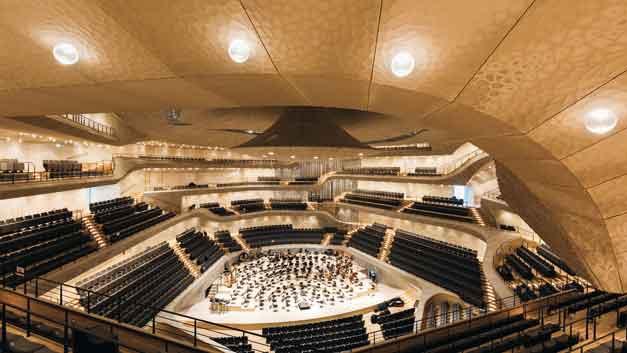 Im großen Konzertsaal mit der »weißen Haut« zur Akustikoptimierung sind Sonderleuchten mit mundgeblasenem Glaskörper montiert, die blasenförmig aus der Decke ragen. Der Eindruck, den die über 1200 Leuchten vermitteln ...