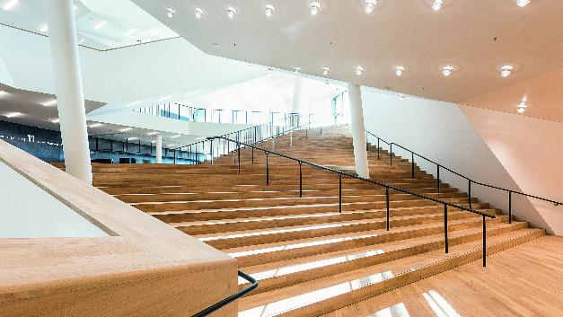 Die Hybridleuchten im Foyer sind weitere Sonderanfertigungen: Eine Leuchte besteht aus einem RGB LED-Modul mit einstellbarer Farbtemperatur für die Effektbeleuchtung und einer Leuchtstoffröhre zur Allgemeinbeleuchtung.