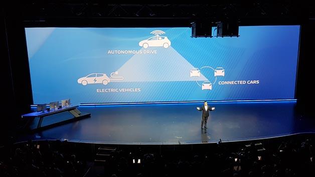 Carlos Ghosn, Chef von Renault-Nissan, zeigt in seiner Keynote die drei Trends des Fahrzeugs auf: autonomes, vernetztes und elektrisches Fahren.