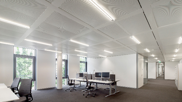 Die Arktika-LED-Halbeinbauleuchten mit Dali-Treibern kommen in den Bürobereichen zum Einsatz und...