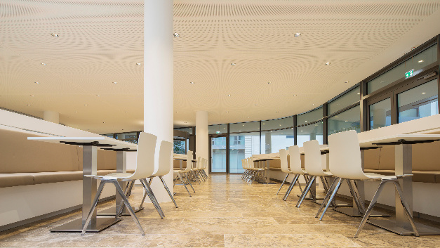 Der Meetingbereich in der Eingangshalle wird mit Lunis-2-LED-Downlights beleuchtet.