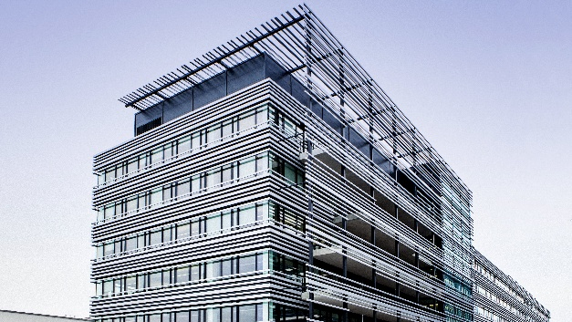 Aluminium-Lamellen verleihen dem Gebäude einen hochmodernen Touch.