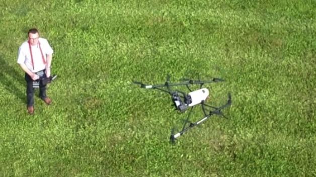 Immer Sichtkontakt zum Fluggerät halten: Etwa bei Fassadenaufnahmen bedarf es noch einer aktiven Steuerung. In einem nächsten Entwicklungsschritt sollen die Drohnen autonom agieren.