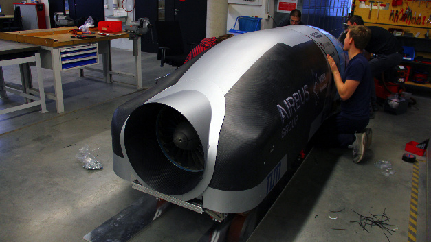 Fast so schnell wie der Schall soll er sein, der Superschnellzug der Zukunft, auch Hyperloop genannt. In der von der Firma SpaceX ausgelobten