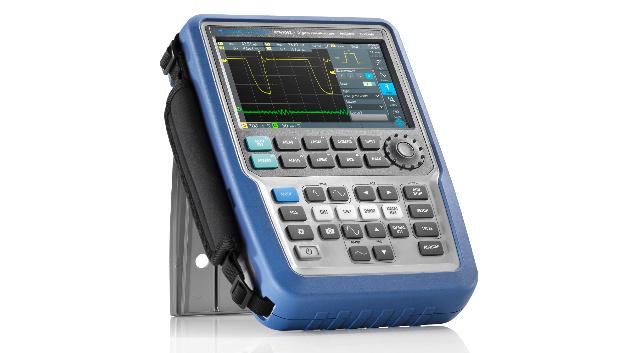 Auch der R&S Scope Rider wird am Rohde & Schwarz Messestand gezeigt. Erst kürzlich wurde das robuste, tragbare Oszilloskop um Funktionen erweitert: Neu hinzugekommen sind ein Spektrumanalysator, ein Frequenzzähler und ein Harmonischen-Analysator zur Bewertung der Netzversorgungsqualität. Damit vereint das Oszilloskop jetzt acht Messgeräte in einem. Für Anwender im Automotive-Bereich gibt es außerdem eine neue CAN/LIN-Trigger und Dekodier-Option.
