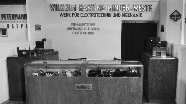 So sah der Messestand von Harting vor 70 Jahren aus. Die Firma handelte 1947 unter anderem mit Weidezaungeräten, Kochplatten und Bügeleisen.