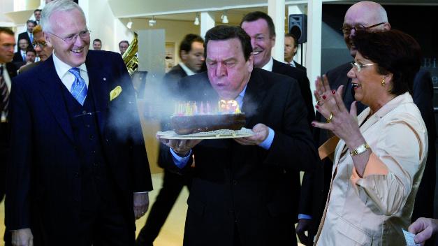 In den vielen Jahren der Hannover Messe hat Harting zahlreiche Gäste aus der Politik am Messestand begrüßt, wie im Jahr 1998 Gerhard Schröder. Die Familie Harting hat Schröder mit einem Geburtstagskuchen überrascht.