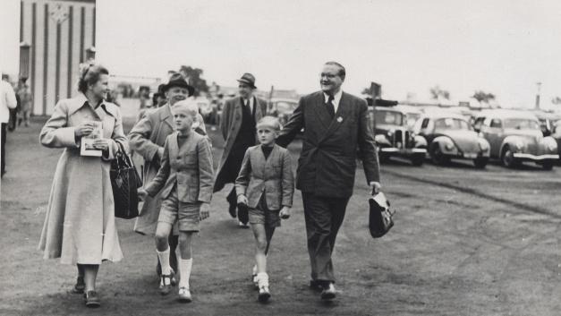 Marie, Dietmar, Jürgen und Wilhelm Harting auf dem Weg zur Messe im Jahr 1950.