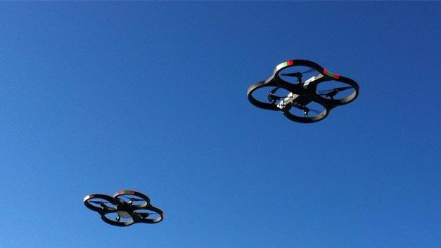 Die Parrot AR.Drohne ist ein schon etwas älteres Modell. Angekündigt wurde die sie 2010, das Foto stammt von der CES in Las Vegas 2012. Sie wird über das Open-Source-Protokoll MAVLink gesteuert, das Befehle für die Verbindung zwischen Bodenstation und Drohne definiert.