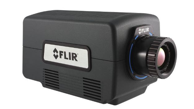 Die FLIR A8200sc liefert MWIR-Wärmebilder mit einer Auflösung von 1024 x 1024 Pixeln. Die Kamera zeichnet sich durch ihre hohe thermische Empfindlichkeit (typischerweise <20 mK) aus und kann auch kleine Zielobjekte mit einer Größe von bis zu 3,5 μm erkennen und messen. Mit der Fenstermethode (Windowing) lässt sich die Bildrate der Kamera erhöhen, um auch schnelle thermische Ereignisse präzise zu beschreiben und sicherzustellen, dass bei einem Test keine entscheidenden Daten verloren gehen.