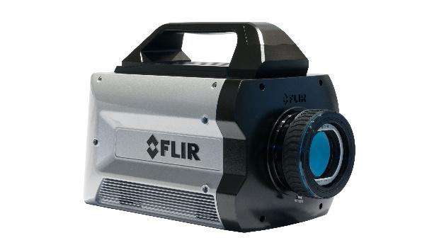 Die FLIR X8500sc bietet neben der hohen Auflösung von 1280 x 1024 Pixeln eine volle Bildrate von 180 fps. Im kamerainternen RAM kann der Anwender ein Wärmebildvideo mit bis zu 36 Sekunden Laufzeit mit voller Bildrate verlustfrei aufzeichnen, dieses anschließend auf dem austauschbaren FLIR DVIR-Laufwerk speichern und nach einer Vorbereitungszeit von 90 Sekunden die nächste Aufzeichnung starten. Außerdem unterstützt die X8500sc das simultane Streaming von 14-Bit-Hochgeschwindigkeitsdaten über Gigabit Ethernet, Camera Link und CoaXpress zur Live-Anzeige, -Analyse oder -Aufzeichnung.