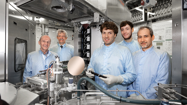 An der Entwicklung des SiGeSn-Halbleiterlasers waren u.a. diese Wissenschaftler des Peter Grünberg Instituts (PGI-9) beteiligt. Im Reinraum am PGI stehen Reinraum (von links) Prof. Siegfried Mantl, Prof. Detlev Grützmacher, Stephan Wirths, Nils von den Driesch und Dr. Dan Buca.