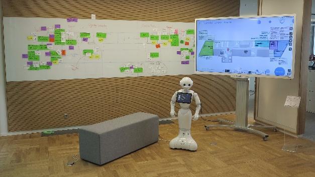 Über die grobe Aufteilung des Centers informiert der multilinguale Roboter. Die aktuelle Besetzung der Laboratorien kann der Pinnwand entnommen werden.
