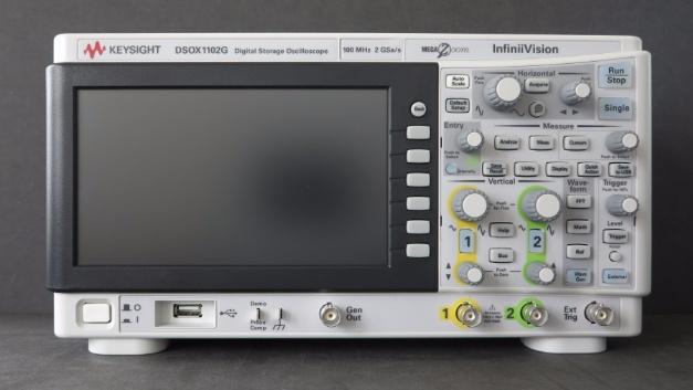 Das InfiniiVision DSOX1102G macht mit 3,12 kg auf 314 mm x 165 mm x 130 mm Formfaktor und  unnachgiebigem Gehäuse einen kompakten robusten Eindruck.