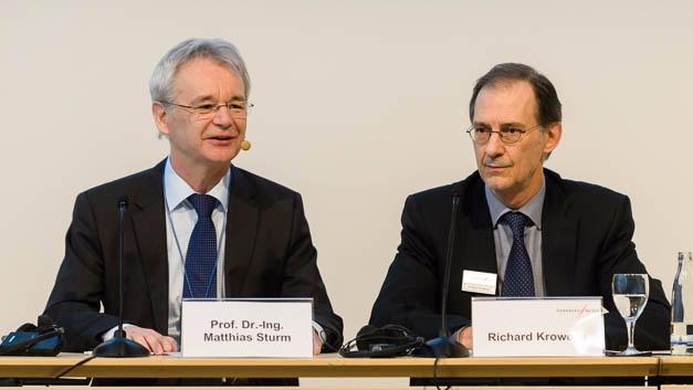 Prof. Matthias Sturm, Messebeiratsvorsitzender der embedded world und Richard Krowoza,  Mitglied der Geschäftsleitung, NürnbergMesse, berichten auf der Eröffnungs-Pressekonferenz der embedded world 2017 von über 1000 Ausstellern.