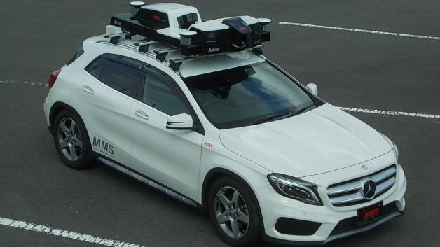 Das Mobile-Mapping-System setzt eine Kombination von Sensoren, Kameras und Lasern ein, die auf dem Autodach montiert sind. Auf diese Weise sammelt es während der Autofahrt Daten in Echtzeit, auf deren Basis zentimetergenaue 3-D-Karten erstellt werden.
