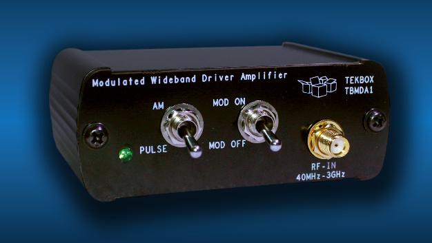 Zum Test der Störfestigkeit elektronischer Schaltungen bietet Alldaq (Halle C2, Stand 406) den modulierbaren Breitband-Verstärker TBMDA1 von Tekbox an. Als Signalquelle dient beispielsweise der Tracking-Generator eines Spektrumanalysators. Mit einer Verstärkung von etwa 20 dB und einem 1-dB-Kompressionspunkt bei +22 dBm kann der TBMDA1 die Signale des Mitlaufgenerators auf bis zu 150 mW verstärken. Als Testsignale zur Störfestigkeitsprüfung können Continuous Wave (CW), Amplitudenmodulation (AM) und Phasenmodulation (PM) gefordert werden. Der TBMDA1 bietet auch die Möglichkeit, 1-kHz-AM- oder PM-Signale zu generieren. Im PM-Modus kann er zusätzlich ein 217-Hz-Signal mit einem Tastverhältnis von 12,5 % generieren, um TDMA-Rauschen aus Mobilfunknetzen zu simulieren.