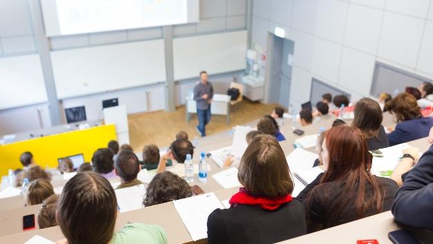 Das Betreuungsproblem: 2013 kamen auf eine Professur 95 Studierende. 2055 waren es 58 angehende Ingenieure. Auch an den FHs sieht es ähnlich aus. Auf eine Professur kommen 44 Studierende, 2005 waren es 32.