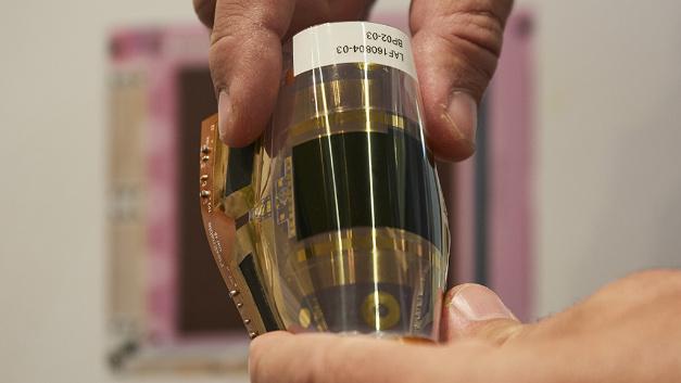 Der hauchdünne, biegsame optische Sensor von ISORG und FlexEnable lässt sich in Smartphones, Türöffner und andere Anwendungen integrieren. Als zusätzliches Sicherheitsfeature detektiert der Sensor das einzigartige Muster der Blutgefäße und erkennt, ob der Fingerabdruck von einer lebenden Person stammt.