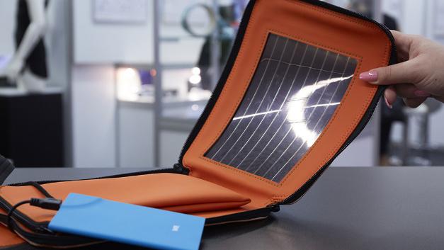 Wer kennt das nicht? Man will unterwegs ein dringendes Telefonat führen und der Akku des Smartphones wird leer. Mit der Umhängetasche von Armor hat man immer eine tragbare Energiequelle dabei, denn sie ist mit einem Photovoltaikfilm bedruckt. Je sonniger der Tag, umso voller der Akku!