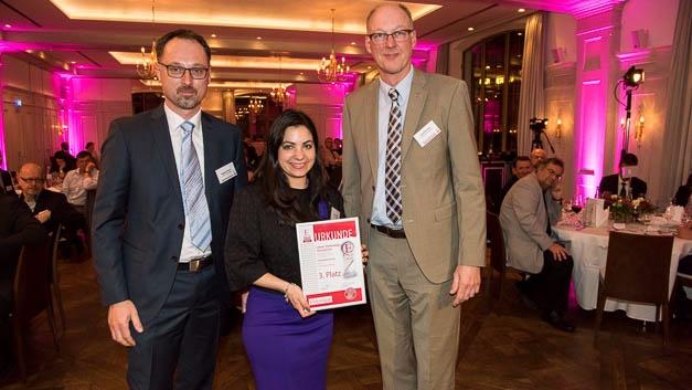 Bostjan Bitenc und Jackie Rutter von Linear Technology nehmen den 3. Preis von Joachim Kroll (Elektronik) entgegen.