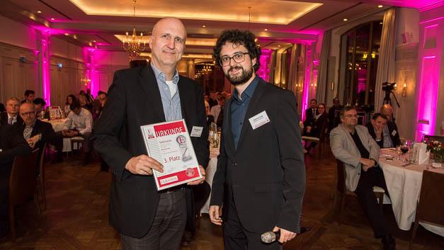 Für Tektronik nahm Peter Bachmayr die Urkunde von Elektronik-Redakteur Matthias Heise entgegen.