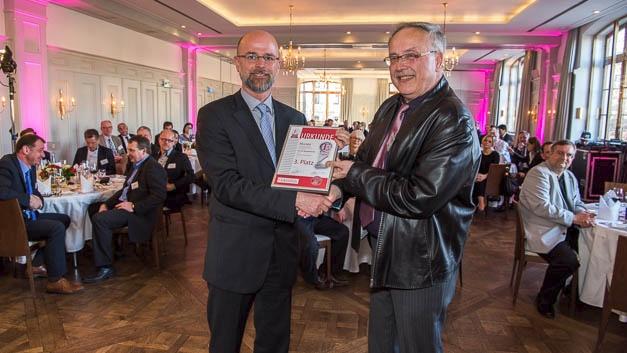 Jürgen Engelhardt von Murata (links) nahm als 3. Gewinner der Produktgruppe Passive Bauelemente die Urkunde von EK-Redakteur Alfred Goldbacher entgegen