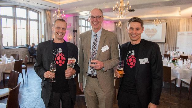 Explosive Himbeere: Andreas Müller (links) und Dr. Martin Kunschert (rechts) mit Joachim Kroll, Elektronik in der Mitte.