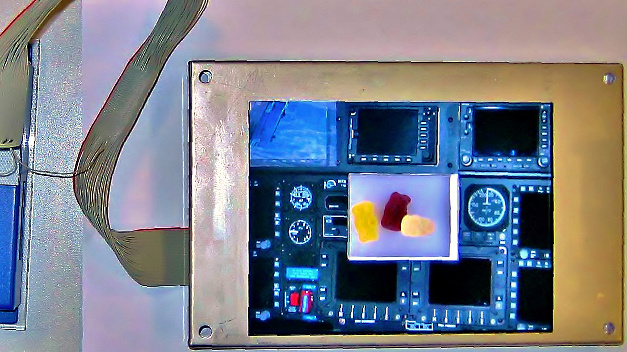 Free-Form-Display: Technologiemuster eines Displays mit Fenster, hier mit durchsichtiger Mitte.