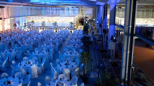 Alles bereit für die Festgäste: Die neue Halle kurz vor der Eröffnungsparty. Wenn das Sortiment weiter wächst, kann noch eine Zwischendecke eingezogen werden.